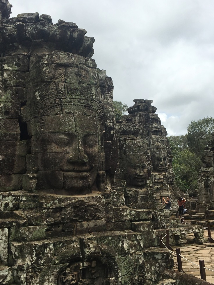 siem reap angkor wat bayon temple heads in a line