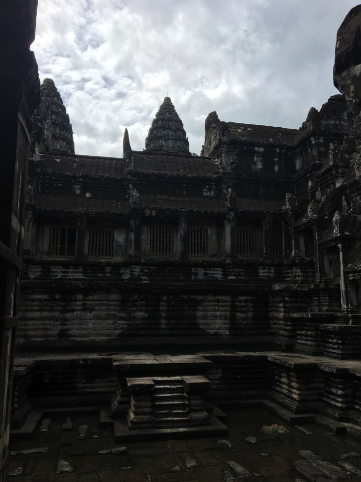 siem reap angkor wat main temple courtyard