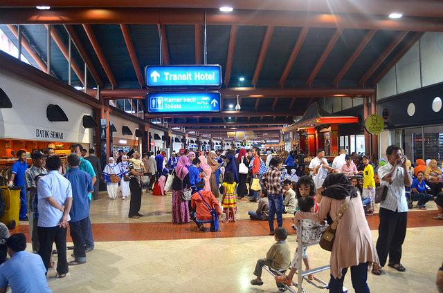soekarno hatta airport crowded.jpg