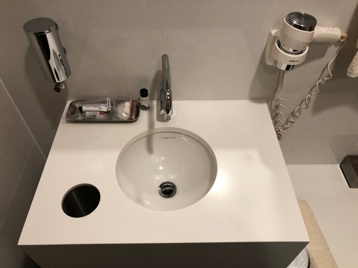 lhr arrivals lounge shower sink