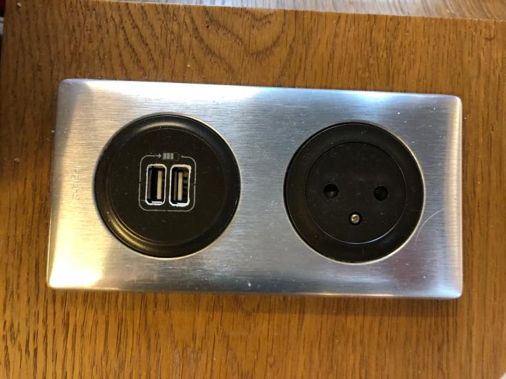 air france business salon cdg electric plug european