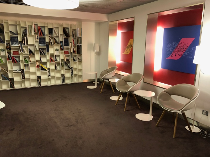 air france business salon cdg interior side library seating area 1