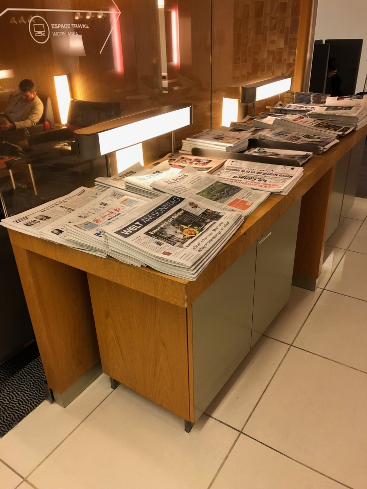 air france business salon cdg interior side reading table 2