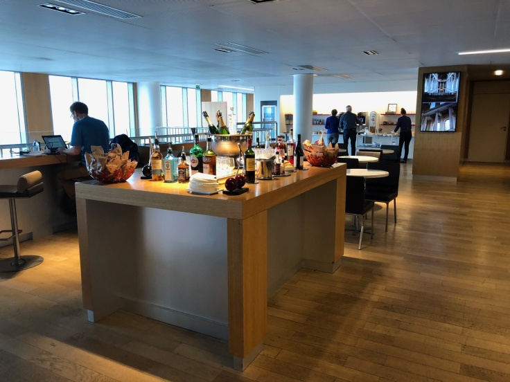 air france business salon cdg upstairs bar table