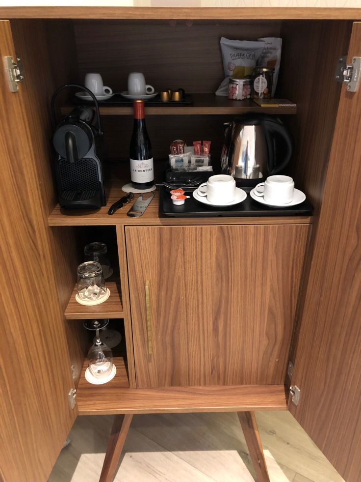 2019 hilton doubletree madrid 04 cabinet opened