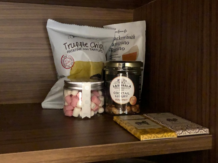 2019 hilton doubletree madrid 04 cabinet snackies