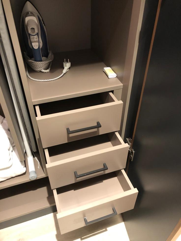 2019 hilton doubletree madrid 04 closet storage