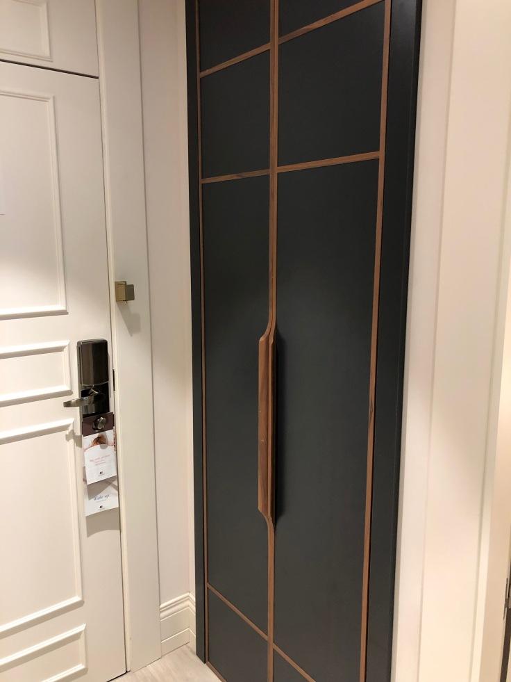 2019 hilton doubletree madrid 04 closet