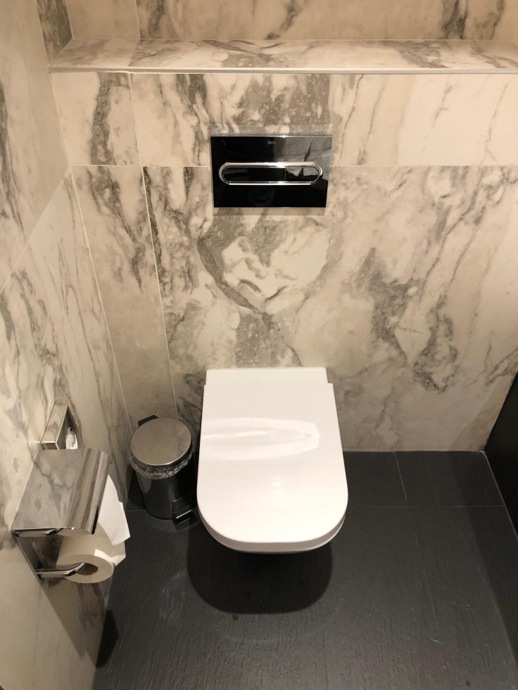 2019 hilton doubletree madrid 05 toilet